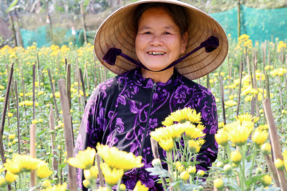 Cash handouts provide lifeline to vulnerable women in Viet Nam facing double impact of pandemic and flooding